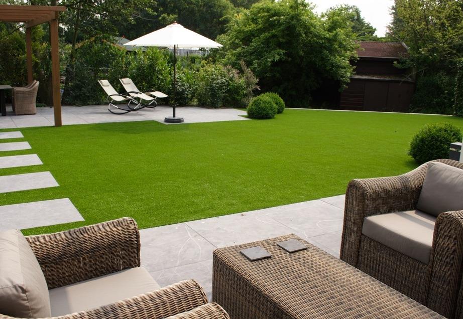 herbe synth tique vs gazon naturel. Black Bedroom Furniture Sets. Home Design Ideas
